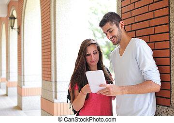 studenci, używając komputer, kolegium, szczęśliwy