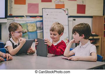 studenci, używając, tabliczka, cyfrowy