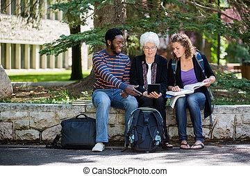 studenci, używając, uniwersytet, tabliczka, cyfrowy