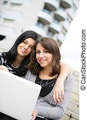 studenci, używający laptop, dwa, campus