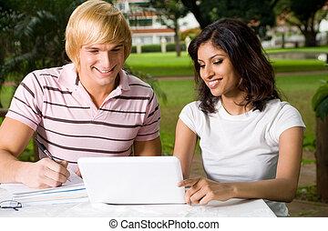 studenci, używający laptop