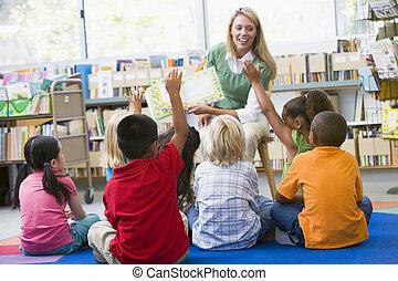 studenci, w klasie, zgłaszanie się na ochotnika, dla,...