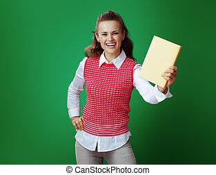 student, atak, pokaz, żółty, książka, zielone tło, uśmiechanie się
