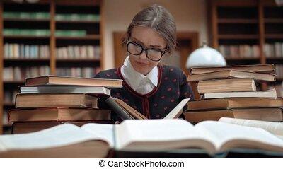student, biblioteka, zmęczony
