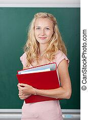 student, binder, vasthouden, tegen, chalkboard
