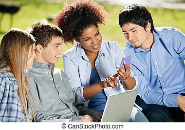 student, gebruik, mobilephone, terwijl, klasgenoten, kijken naar, informatietechnologie