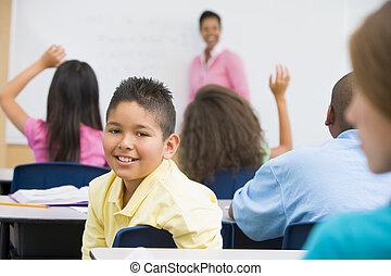 student, i kategori, betrakta kamera, med, lärare, in, bakgrund, (selective, focus)