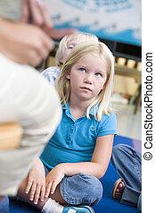 student, i kategori, sitta på golvbeläggning, tittande vid, lärare, (selective, focus)
