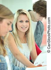 student, jej, badając, workbooks, ich, samica, ładny, przyjaciele