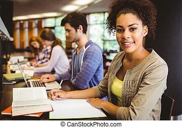 student, kijken naar van fototoestel, terwijl, studerend , met, klasgenoten