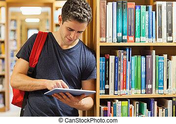 student, leun, boekenplank, het houden van een tablet, pc