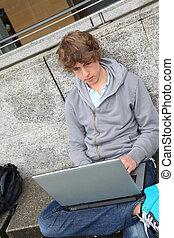 student, met, laptop computer, buiten, onderwijsgebouw