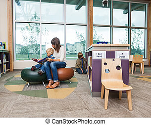 student, met, leraar, het boek van de lezing, in, bibliotheek