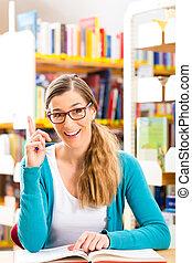 student, met, menigte van boeekt, leren, in, bibliotheek