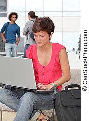 student, op, college universiteitsterrein, met, laptop computer