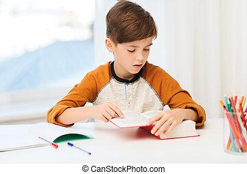 student, pojke läsa, bok, eller, lärobok, hemma