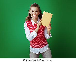 student, pokaz, żółty, książka, zieleń chalkboard, tło