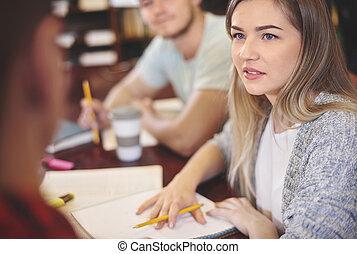 student, schrijfaantekeningen, in, openbare bibliotheek
