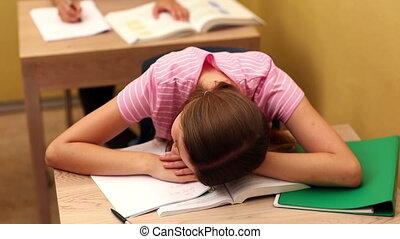 student, slapen op bureau, gedurende, stand