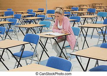 student, studera, på skrivbordet, in, tom, examen, sal