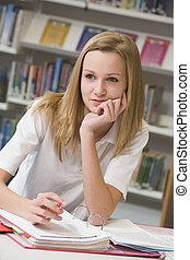 student, studerend , in, bibliotheek