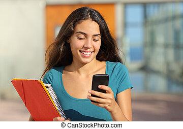 student, tonåring, flicka, vandrande, medan, se, henne, smart, ringa