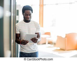 student, używając, biblioteka, tabliczka, cyfrowy