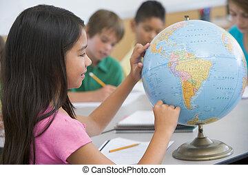 studente, classe, indicando, uno, globo, (selective, focus)