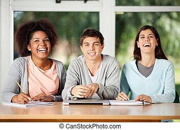 studente, con, amici, sedendosi scrittorio, in, aula