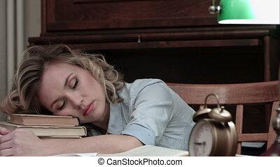 STUDENTE, lei, allarme, su, LIBRI, addormentato, carino, scrivania, caduto,  woken