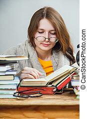 studente, met, bril, lezende , boekjes