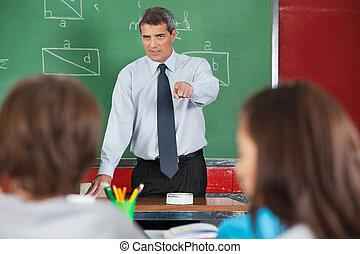 studenten, böser , männlicher lehrer, zeigen