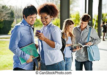 studenten, lesende , textmitteilung, auf, mobilephone, in, campus