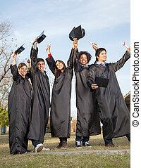 studenten, mit, diplome, feiern, erfolg, auf, staffelung- tag, an