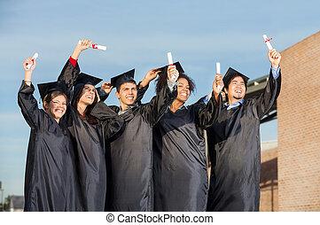 studenten, mit, diplome, stehende , zusammen, auf, universitätscampus