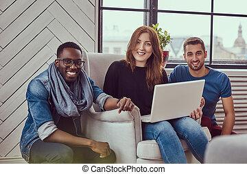 studenten, multirassische gruppe, laptop., arbeitende