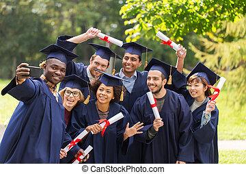 studenten, oder, promoviert, mit, diplome, nehmen, selfie