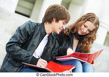 studenten, studieren, zwei, junger, draußen, lächeln