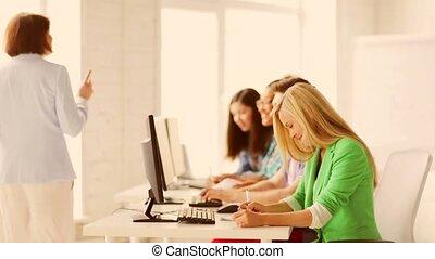 studenti, con, insegnante, in, codice categoria calcolatore