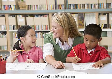 studenti, due, classe, porzione, scrittura, insegnante