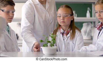 studenti, e, insegnante, con, pianta, a, classe biologia