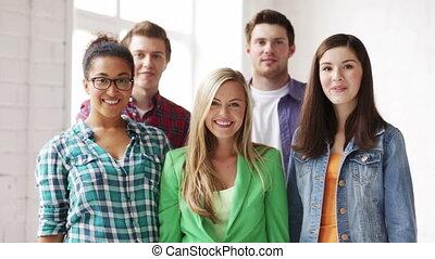 studenti, in, scuola, con, espressione, di, trionfo