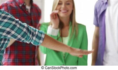 studenti, in, scuola, esposizione, unità, con, loro, mani insieme