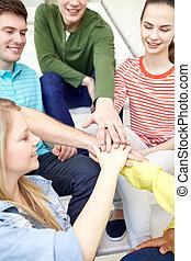 studenti, riempirsi, mani, amici vicini, o