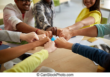studenti, su, internazionale, urto, pugno, mani, chiudere