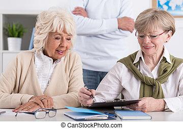 studera, vänner, äldre, kvinnlig, tillsammans
