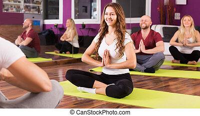 studerend , mensen, yoga positie