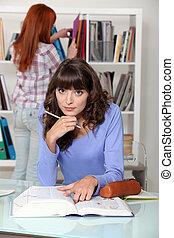 studerend , twee, bibliotheek, vrouwen