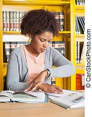 studerend , universiteit student, bibliotheek, tafel