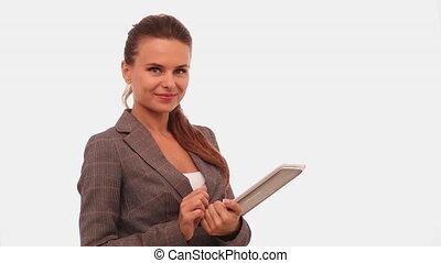 studio., 422, il, femme regarde, écran, sourire, numérique, appareil-photo., blanc, doigt, fond, travailleur indépendant, brunette, ouvrir, glissement, isolé, tablette, prores, joli